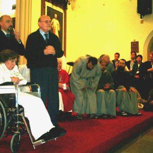 La Sra. María Esperanza con un gran esfuerzo saludó y dio su cálida bendición a los 1.500 feligreses, Igl. Saint Ann, Newark, NJ, EE.UU. (04-04-2004)